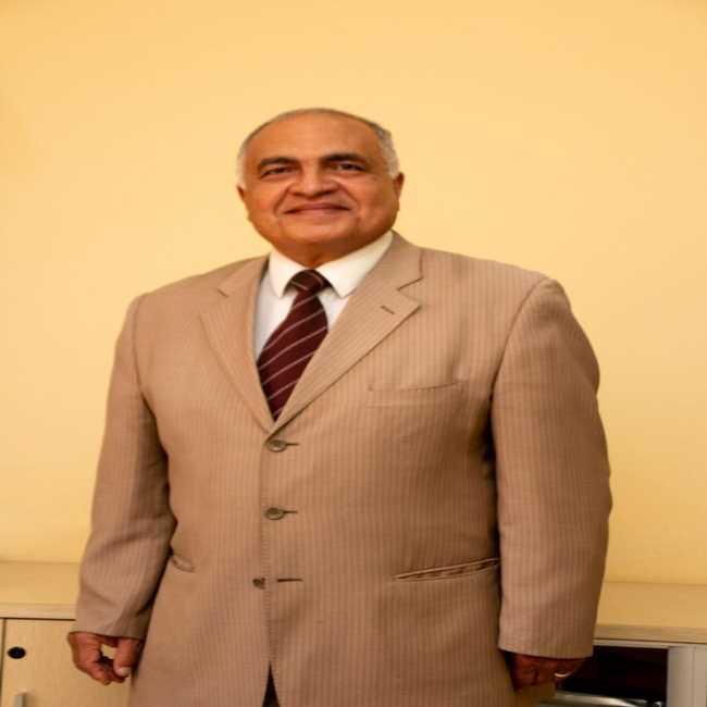 دكتور  طارق غيث  استاذ الحساسية والعلاج المناعى باللقاحات والامصال التجمع