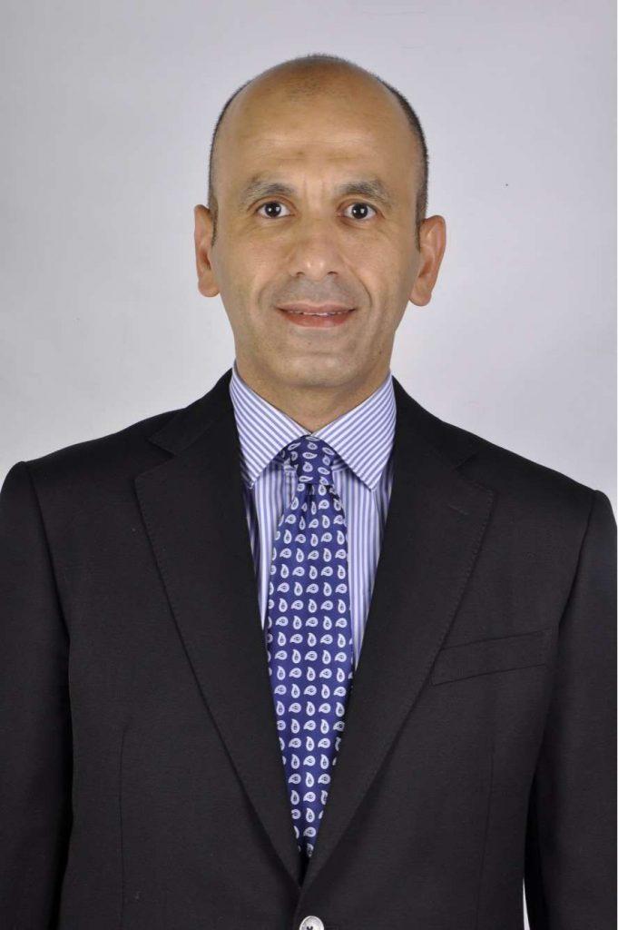 دكتور  يحيي زكريا  أستاذ و استشاري جراحة التجميل و جراحات التكميل الميكروسكوبية . القاهرة